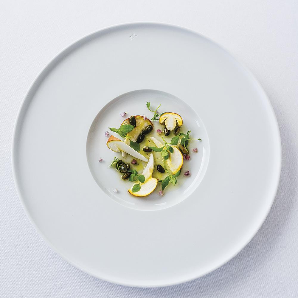 Selon la saison, la salade d'Amanites avec pistaches et mouron des oiseaux.