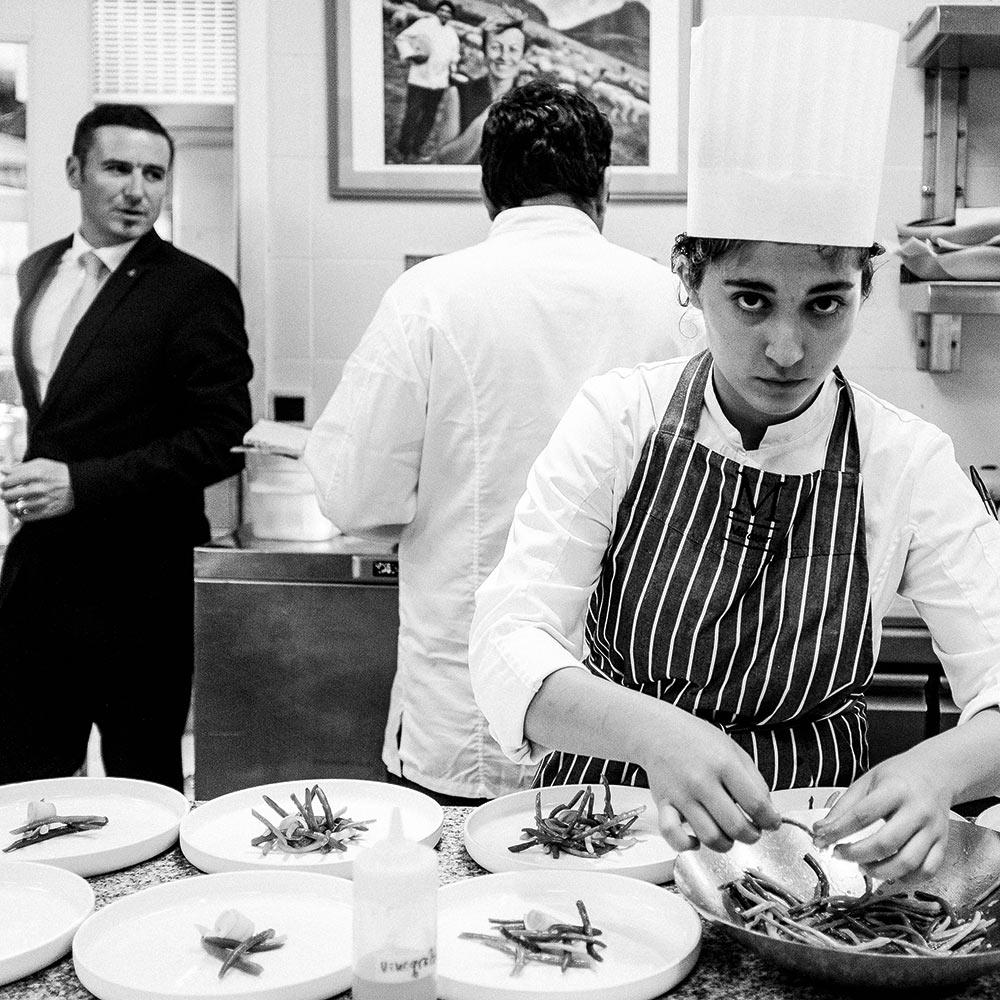 Le Chef est très proche de son équipe ; un regard sur les coulisses.