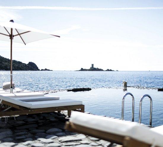 Il doit son nom au porphyre volcanique qui flamboie au soleil. Pourtant, tout en douceur, l'Hôtel Les Roches Rouges fait revivre l'esprit d'une villégiature de cœur sur la Riviera.