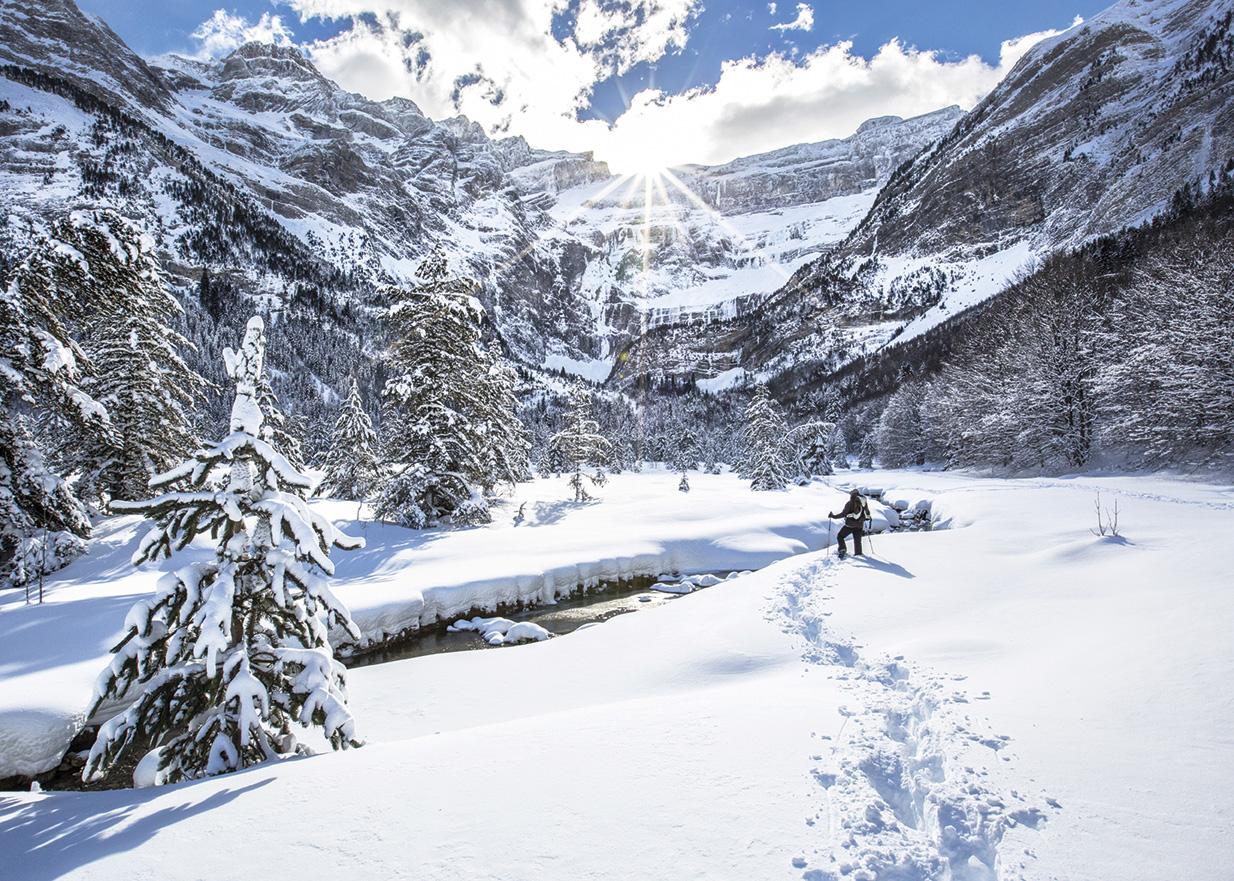 destination-occitanie-sud-de-france-Gavarnie-hiver_Raquettes©HPTE_Pierre-Meyer