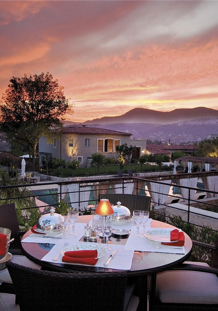relais-chateaux-le-mas-de-pierre-Terrasse-Restaurant-coucher-soleil