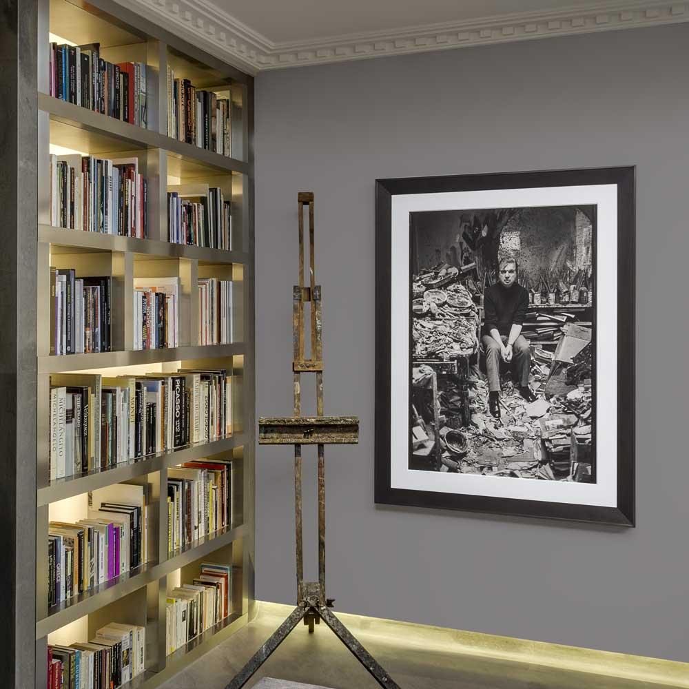 perles-de-culture-francis-bacon-MB-art-Foundation-monaco-Interieur-fondation-Au-mur-photographie-de-Francis-Bacon-dans-son-atelier-de-Londres-en-1977-©Carlos-Freire