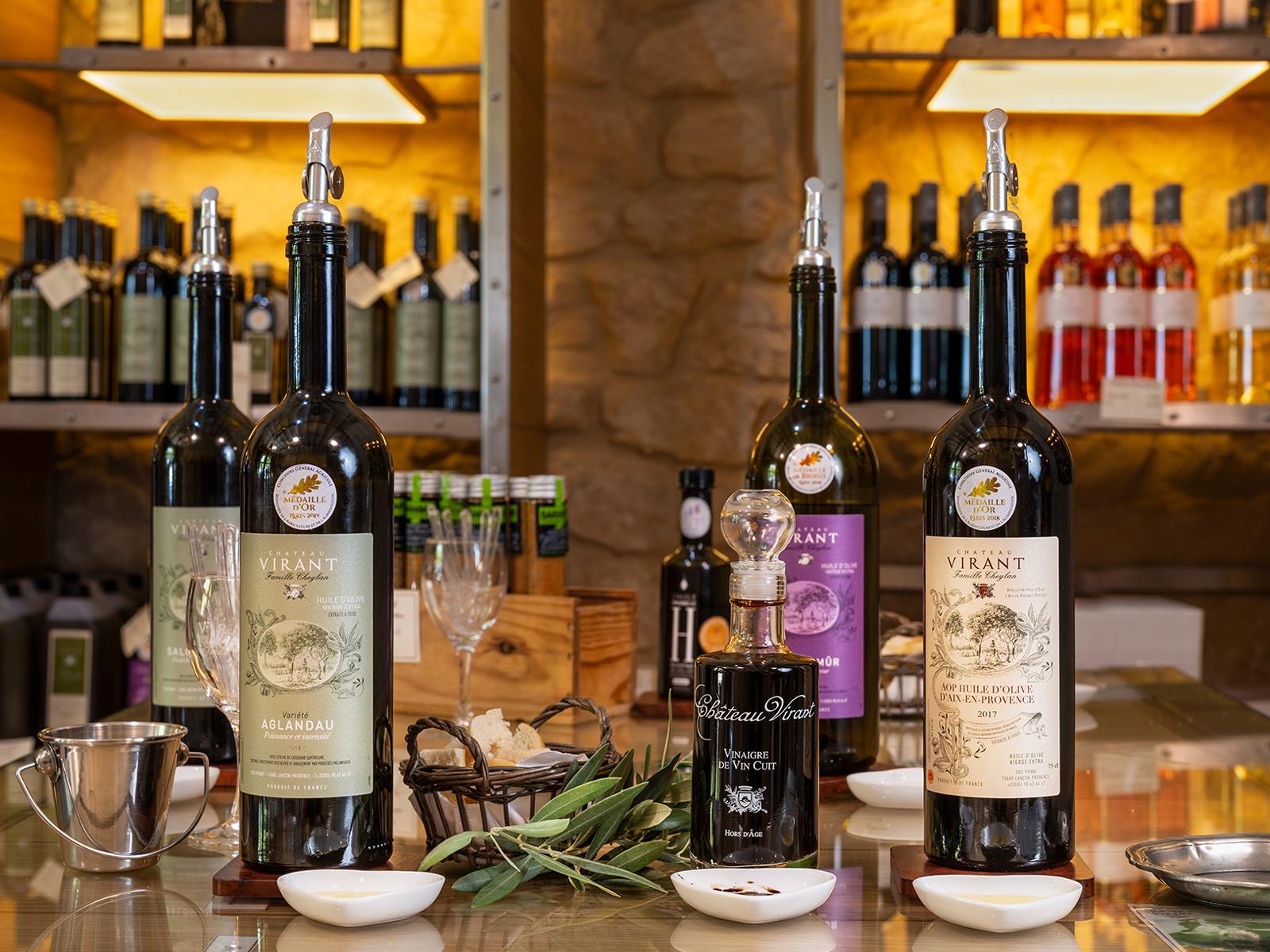 vitrine-artisans-gourmands-chateau-virant-caveau-vente-huiles-d'olives