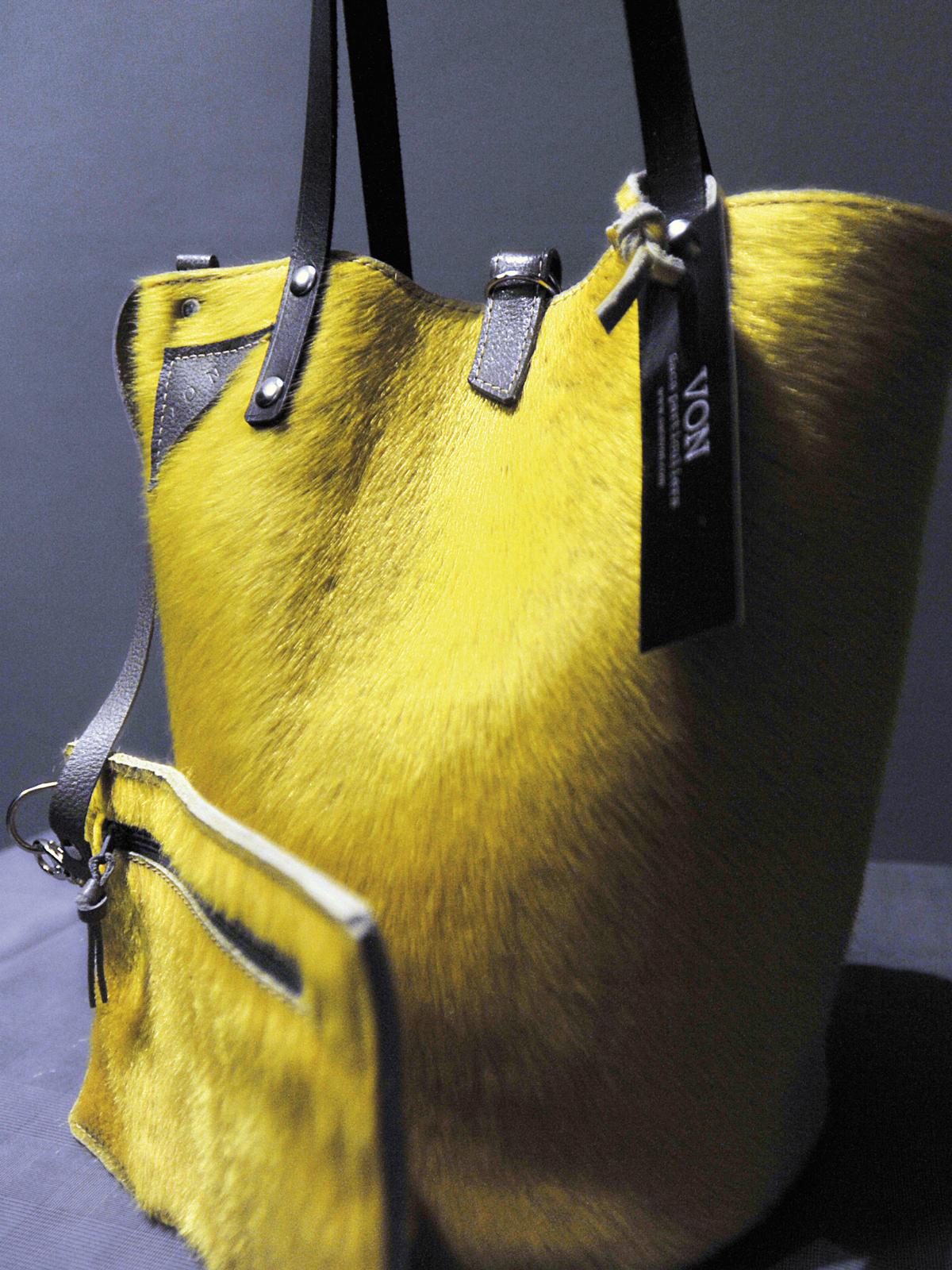 vitrine-cadeaux-noel-sacs-von-jaune-fourrure
