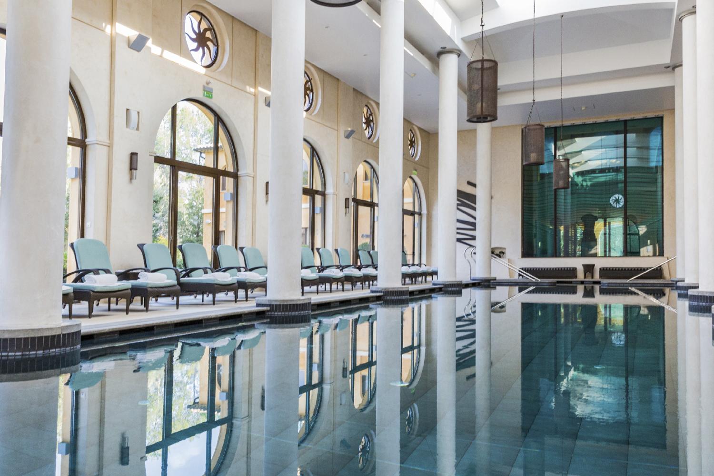 Spa-terre-blanche-piscine-interieure