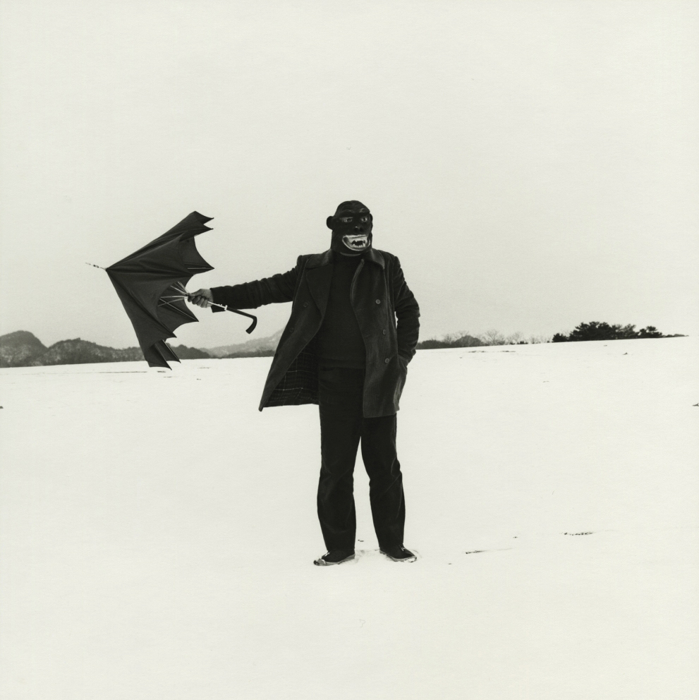 culture-saison-mars-campredon-centre-art-UEDA-Shoji-Self-portrait-with-Gorilla-mask-1975-Gelatin-silver-print-printed-1982