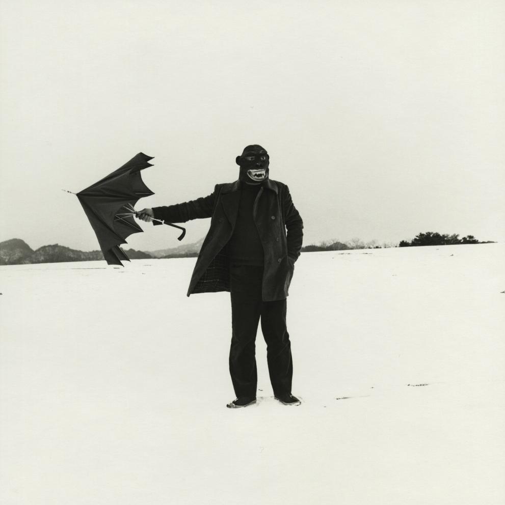 culture-saison-mars-campredon-centre-art-UEDA-Shoji-Self-portrait-with-Gorilla-mask-1975-Gelatin-silver-print-printed-1982