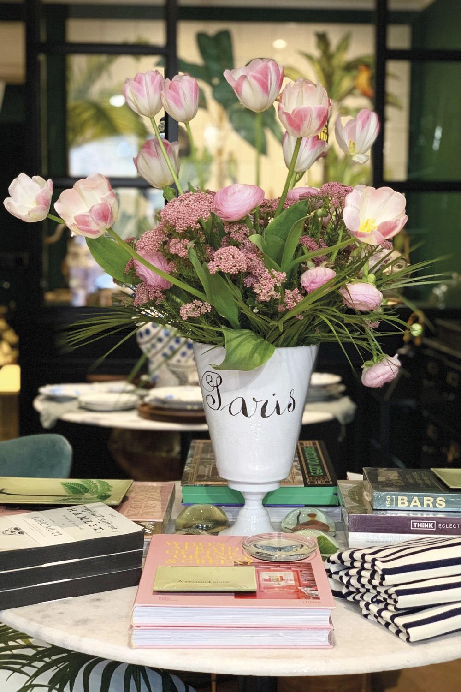 vitrine-deco-ete-damonte-lacarrieu-saint-tropez-vase-fleurs