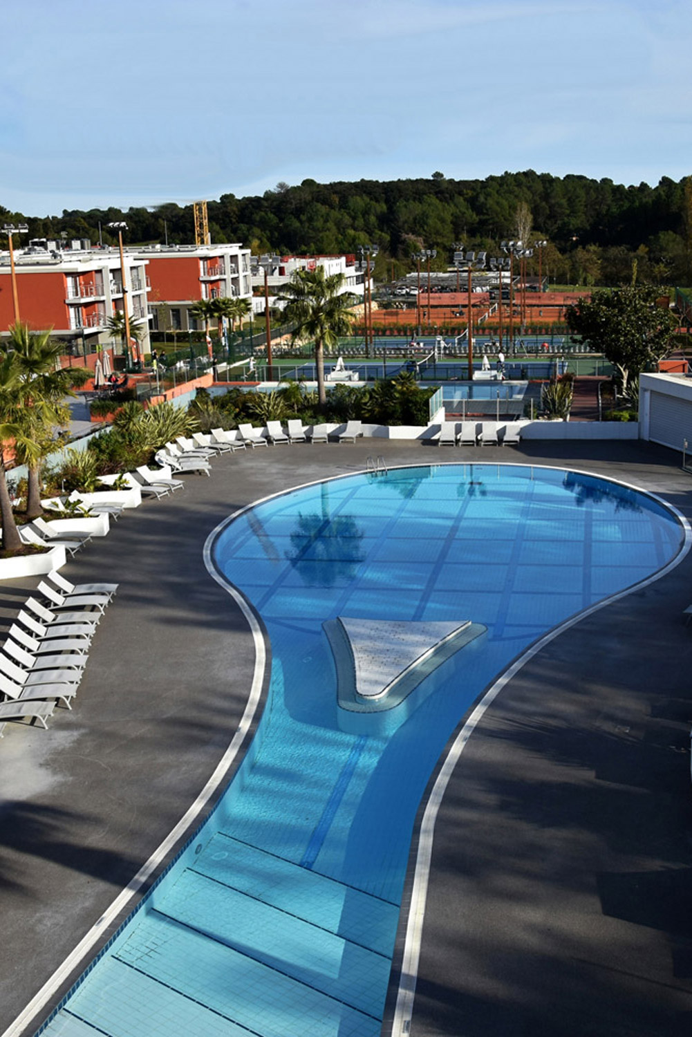 valbonne-city-guide-mouratoglou-resort-piscine-tennis