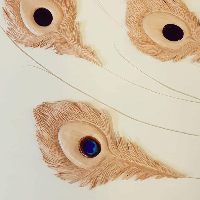 AURELIE-ROMANO-Creation-sculpture---plume-de-paon---tilleul-et-incrustation-en-pate-de-verre