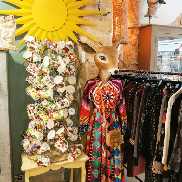 L'OISEAU-BLEU-Magali-ORTOLANI-Creatrice-textile-mannequin-biche-robe-coloree-tasses