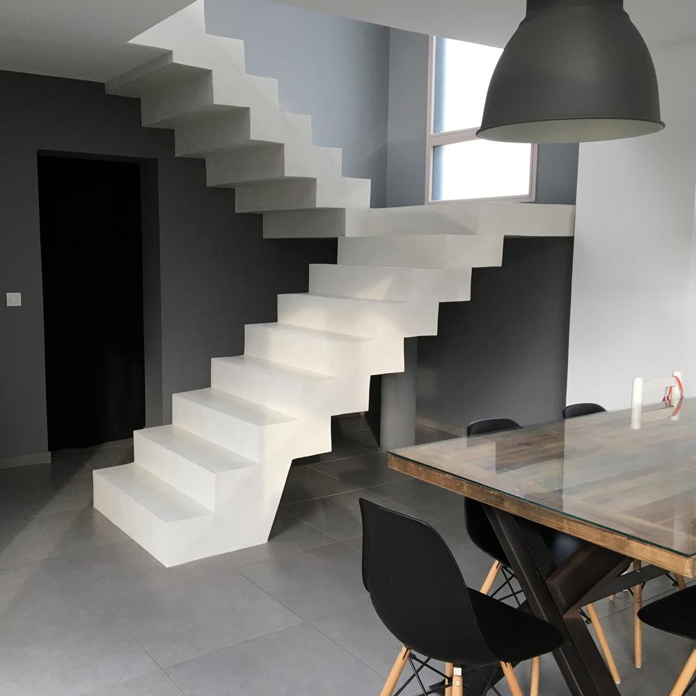 Vitrine-Deco-Mercadier-escalier-beton-cire-EBC-couleur-cocomilk-copyright-ABC10Sign