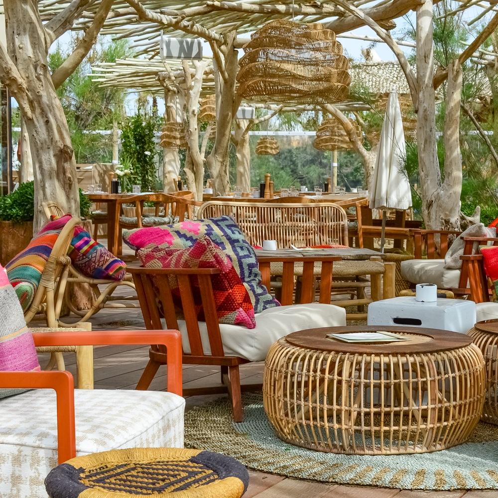 une-plage-en-hiver-a-saint-tropez-CABANE-BAMBOU_restaurant-lounge
