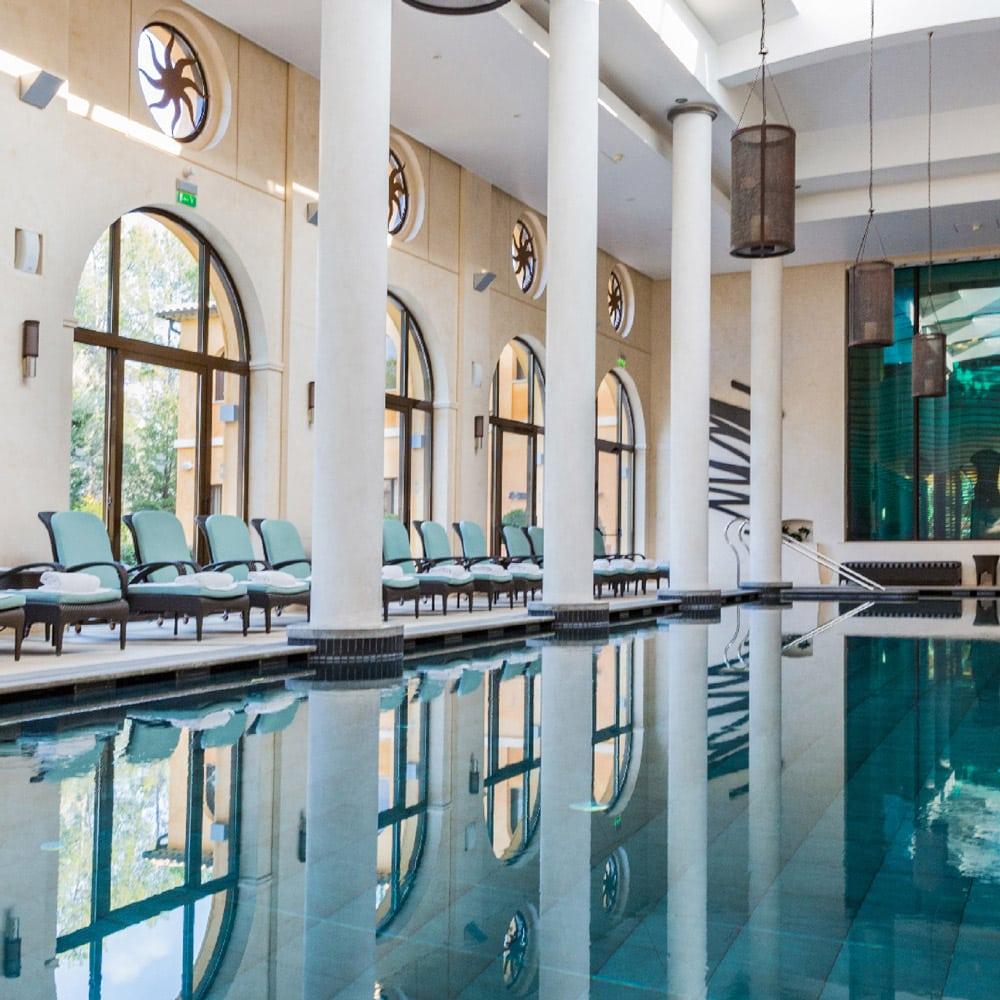 Destination-bien-etre-fetes-Spa-terre-blanche-piscine-interieure-angle