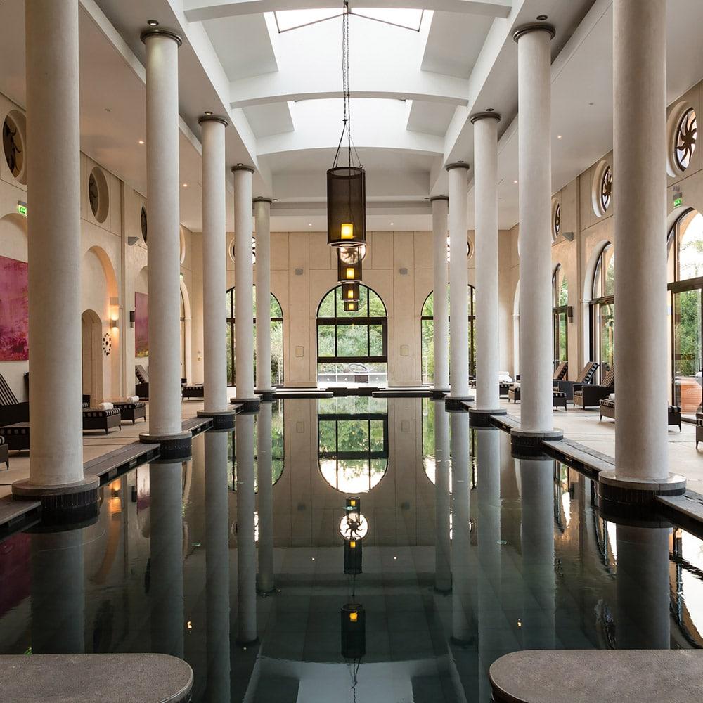 Destination-bien-etre-fetes-Spa-terre-blanche-piscine-interieure