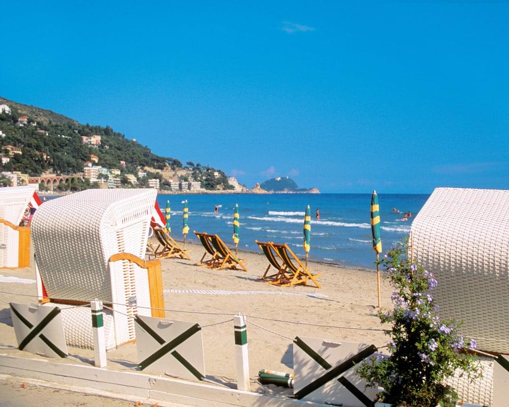 La-Ligurie-plage-Alassio-transats