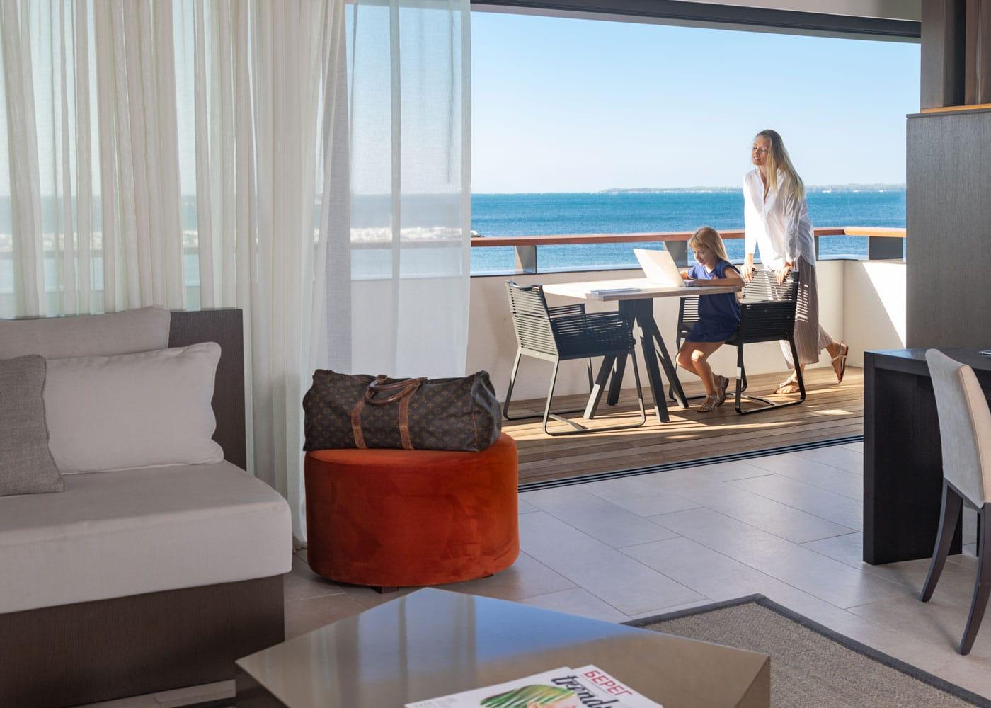 Cap-Antibes-Beach-Hotel-Open-window_endless-sea-view
