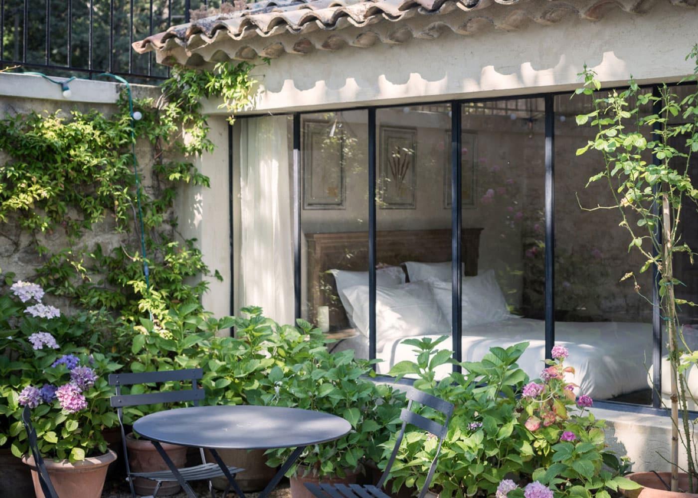 Domaine-de-Fontenille-Lauris-Chambre-Lavoir-verriere-jardin