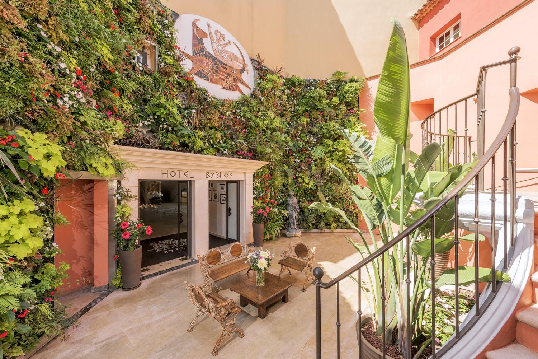 Hotel-Byblos-Saint-Tropez-entree-principale-photo-Alexandre