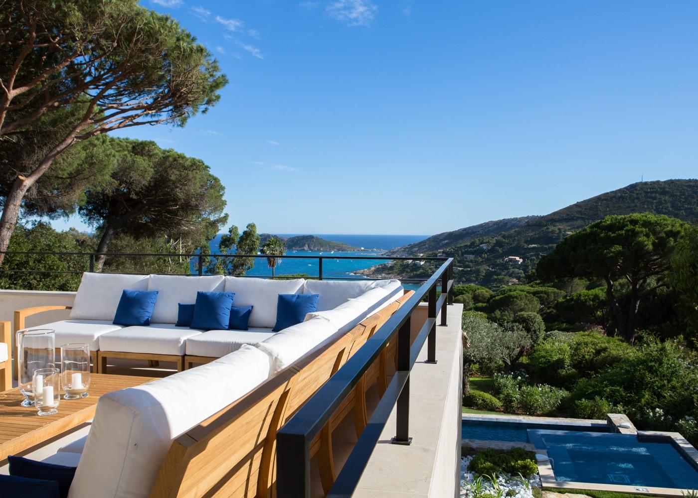 hotels-confinez-moi-ici-#4-mcmd-La-Reserve-Ramatuelle-Villa-2-terrace-view-@Gregoire-Gardette