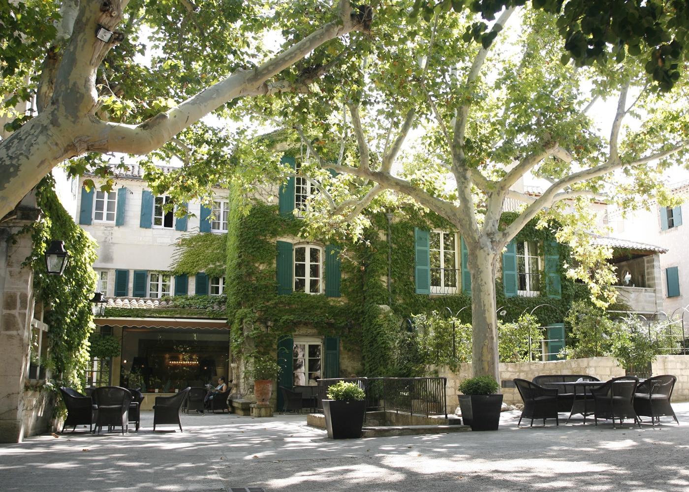 deconfinez-moi-ici-#6-Le-Prieure-Baumaniere-batisse-arbres