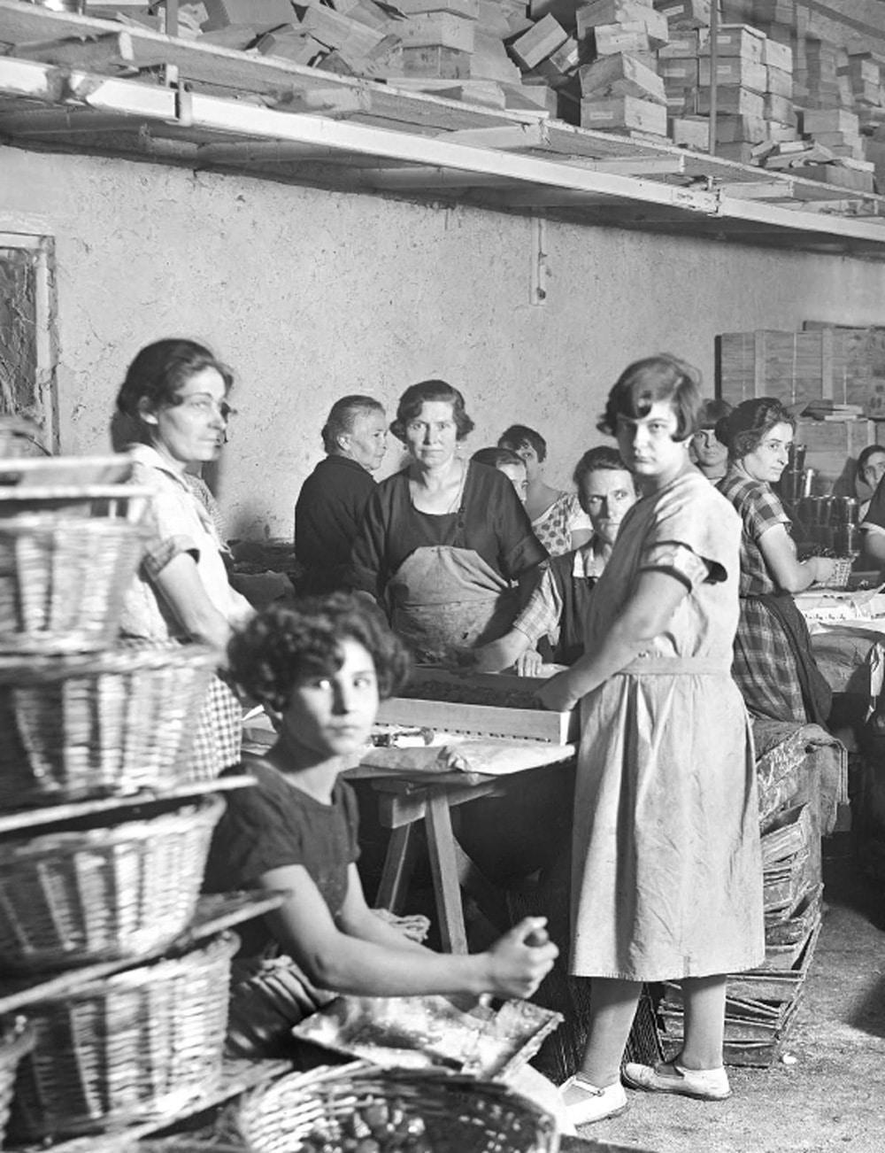 Usine_historique-confiserie-Roy-Rene-noir-blanc-femmes