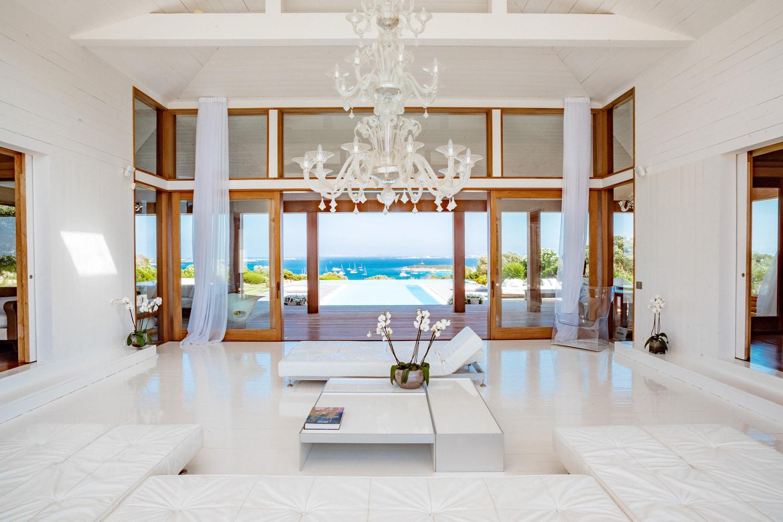 Agence-immobiliere-du-Golfe-Corse-salon-ouvert-marbre-boiseries