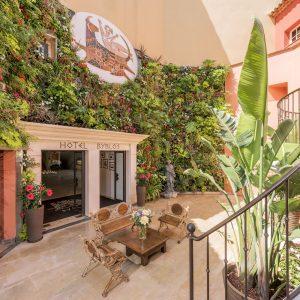 Retraites-automne-Hotel-Byblos-Saint-Tropez-entree-principale-®Alexandre