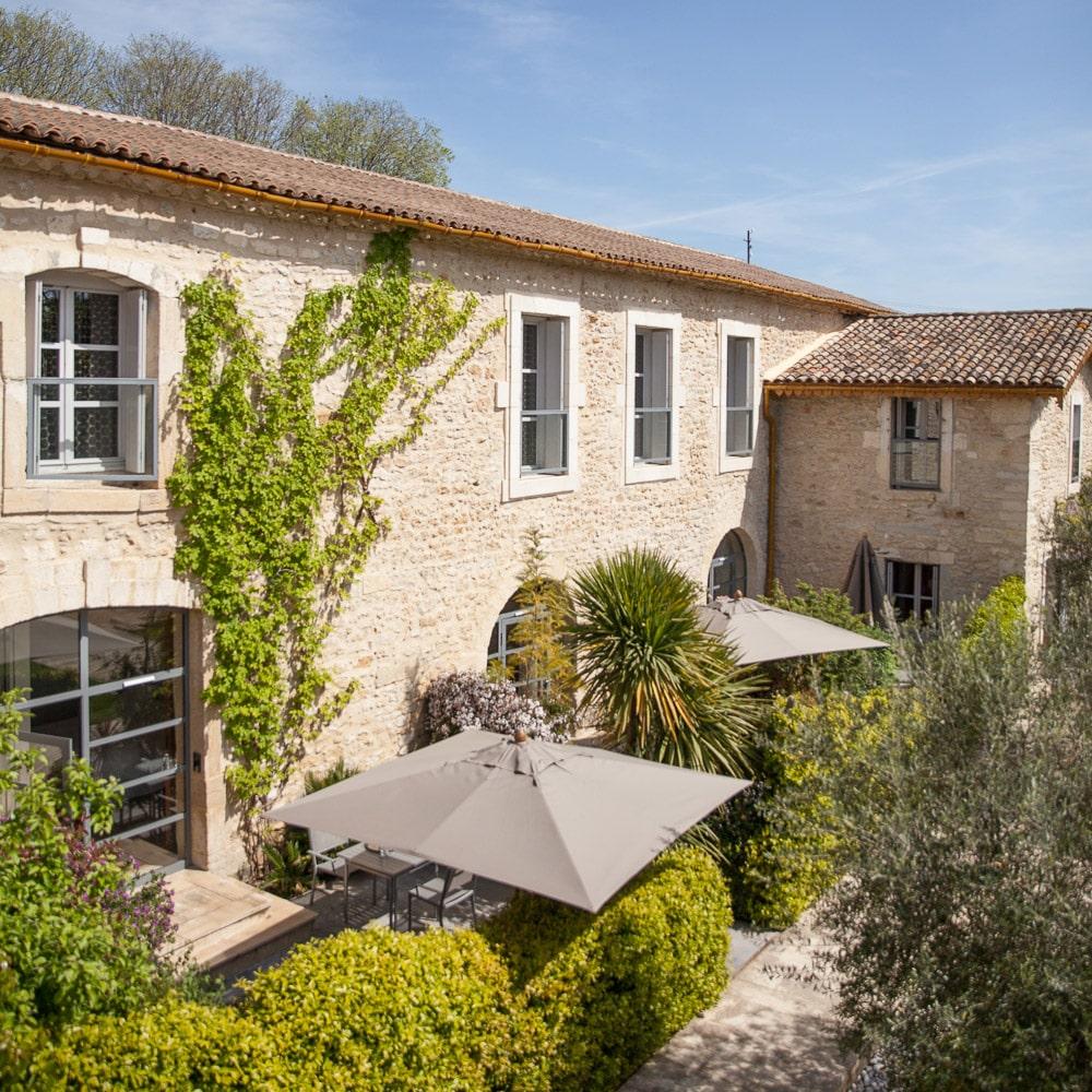 mcmd-vignobles-hotels-luxe R&C-Domaine-de-Verchant-batisse-pierres-seculaires-baies-acier