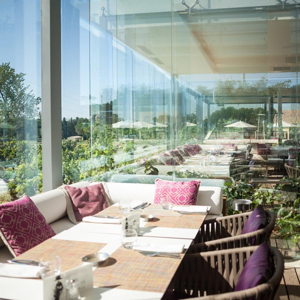 mcmd-vignobles-hotels-luxe R&C-Domaine-de-Verchant-restaurant-la-plage-vitre-piscine-hotel
