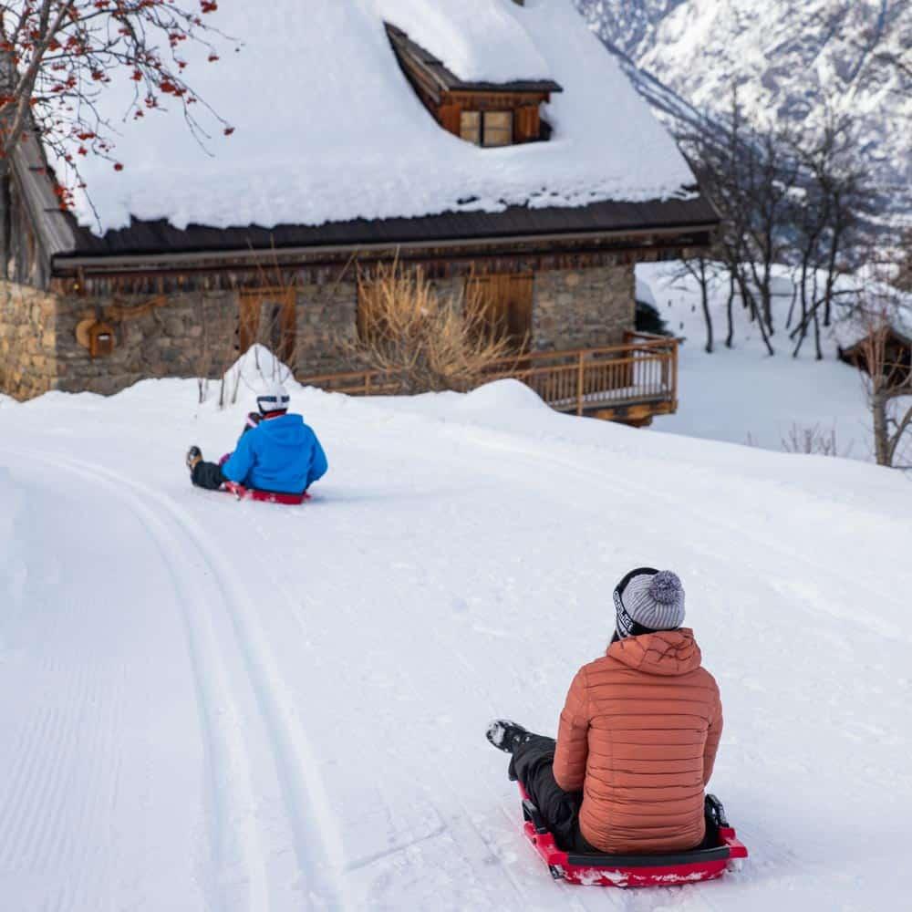 Stations-Ski-Pays-des-Ecrins-Rando_luge_en_famille