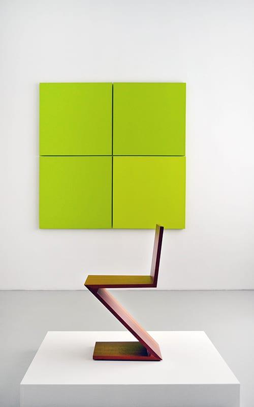 Sudnly-mag-expositions et événements culture été 2021-Vue d'exposition, au premier plan, chaise de Gerrit Rietveld, au second plan, œuvre d'Aurélie Neumours © DR.