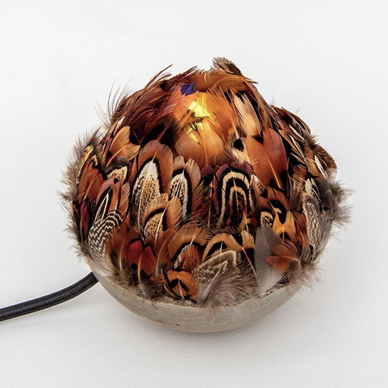 Sudnly_Maison des Métiers d'Art de Pézenas_Mathilde PENICAUD, Veilleuse, béton et plumes de faisan - 200€ ©DR